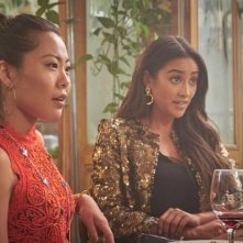 You: Shay Mitchell e Nicole Kang in una scena