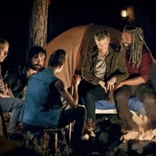 The Walking Dead 9: Carol ed Ezekiel in una foto dell'episodio The Bridge
