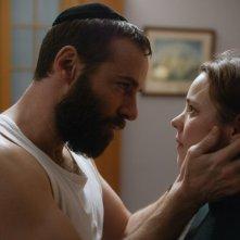 Disobedience: Rachel McAdams e Alessandro Nivola in una scena del film