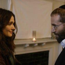 Disobedience: Rachel Weisz e Alessandro Nivola in una scena del film