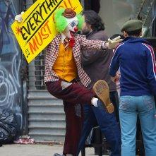 Joker: Joaquin Phoenix in tenuta da clown