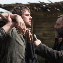 Apostolo:  Michael Sheen e Dan Stevens in una scena del film Netflix