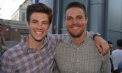 Arrowverse: Stephen Amell e Grant Gustin si scambiano i ruoli nel poster del crossover