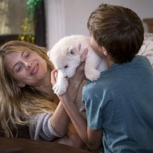 Mia e il leone bianco: Mélanie Laurent e Ryan Mac Lennan in una scena del film