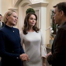 House of Cards: Diane Lane, Robin Wright, Greg Kinnear in una scena dell'episodio Chapter 66
