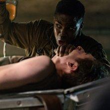 Overlord: Jovan Adepo e Dominic Applewhite in un momento del film