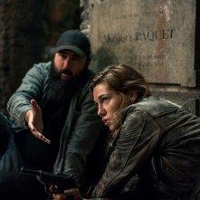 Overlord: Mathilde Ollivier e Julius Avery in un momento del film