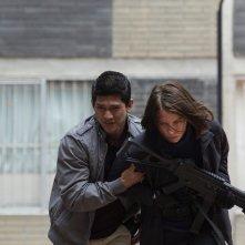 Red Zone - 22 miglia di fuoco: Lauren Cohan e Iko Uwais in una scena del film