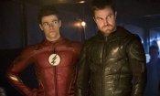 Arrowverse: Oliver Queen nei panni di Barry Allen bacia Iris nel teaser del crossover