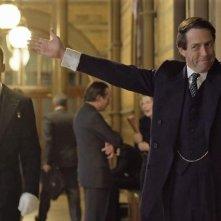 A Very English Scandal: Hugh Grant in una sequenza