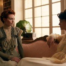 Colette: Keira Knightley con Eleanor Tomlinson in una scena del film