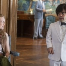 My Dinner with Hervé: Mireille Enos e Peter Dinklage in una scena del film
