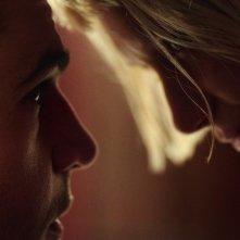Piercing: Mia Wasikowska e Christopher Abbott in una scena del film
