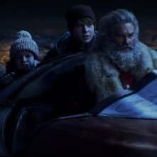 Qualcuno salvi il Natale: Kurt Russell, Judah Lewis e Darby Camp in una scena