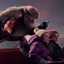 Qualcuno salvi il Natale: Kurt Russell, Darby Camp e Judah Lewis in una scena del film