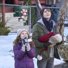 Qualcuno salvi il Natale: Darby Camp e Judah Lewis in una scena del film