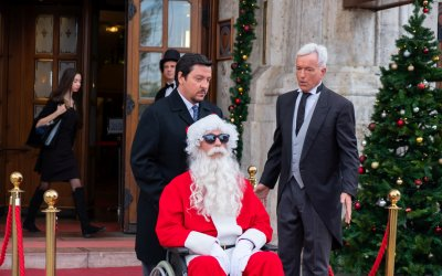 Recensione di Natale a 5 stelle: Netflix e Vanzina tra politici, cadaveri e sberleffi