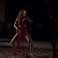 Suspiria: una scena del remake, con Dakota Johnson
