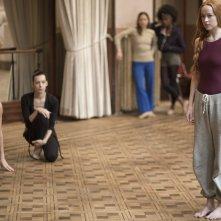 Suspiria: Dakota Johnson in una scena di gruppo