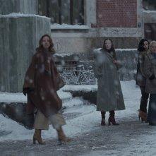 Suspiria: Dakota Johnson, Mia Goth, Olivia Ancona, Gala Moody in una scena