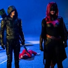 Arrow: Grant Gustin e Ruby Rose in una scena di Elseworlds, parte 2