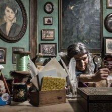 La befana vien di notte: Paola Cortellesi in una scena nei panni della Befana