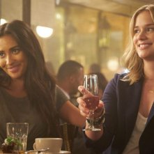 YOU: Shay Mitchell ed Elizabeth Lail in una foto della serie
