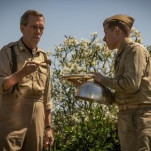 Catch-22: Hugh Laurie in una scena della serie tv