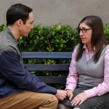 The Big Bang Theory: Jim Parsons, Mayi Bialike nel'episodio The Conjugal Configuration