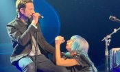 A Star is Born: Bradley Cooper canta Shallow con Lady Gaga a sorpresa, sul palco