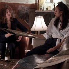 Velvet Buzzsaw: Rene Russo, Zawe Ashton in una scena