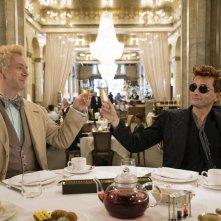 Good Omens: Michael Sheen con David Tennant durante una scena