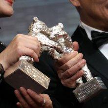Berlino 2019: Yong Mei e Wang Jingchun tengono in mano i loro premi alla conferenza dei premiati