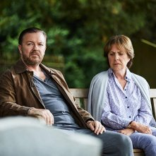 After Life: Ricky Gervais e Penelope Wilton in una scena