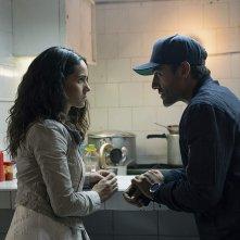 Triple Frontier:  Oscar Isaac e Adria Arjona in una scena