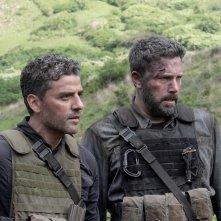 Triple Frontier: Ben Affleck e Oscar Isaac in una scena