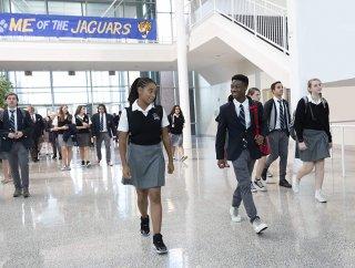 Il coraggio della verità: Amandla Stenberg e Algee Smith camminano nei corridoi della scuola