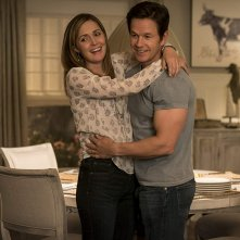 Instant Family: Mark Wahlberg insieme a Rose Byrne in una scena