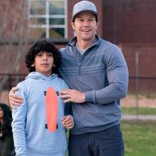 Instant Family: Mark Wahlberg e Gustavo Quiroz in una scena