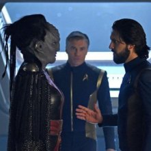 Stark Trek Discovery: Mary Chieffo e Shazad Latif in una scena dell'episodio Through the Valley of Shadows