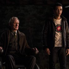 Detective Pikachu: Bill Nighy e Justice Smith in una scena