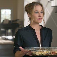 Dead To Me - Amiche per la morte: Christina Applegate in una scena