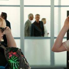 Attenti a quelle due: Anne Hathaway insieme a Rebel Wilson in una scena della commedia
