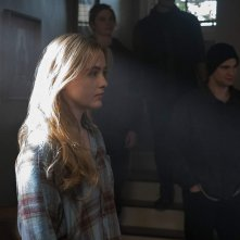 The Society: Kathryn Newton, Toby Wallace in una scena della serie