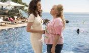 Attenti a quelle due, la recensione: Anne Hathaway e Rebel Wilson signore della truffa