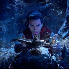 Aladdin:  Mena Massoud mentre prende la lampada del Genio