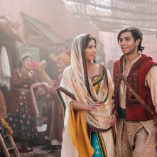 Aladdin: Mena Massoud e Naomi Scott in una scena