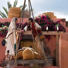 Aladdin: Naomi Scott, Mena Massoud durante  una scena del film