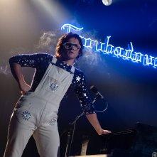 """Rocketman: Taron Egerton in """"scena"""" durante un concerto"""