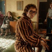 Rocketman: Taron Egerton durante un'immagine del film